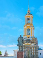 Суздаль. The Red Square in Suzdal - the monument to Vladimir Lenin stands opposite the Reverend bell tower of Rizopolozhensky Convent (Deposition of the Robe). Фото efesenko