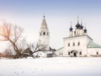 Суздаль. Александровский монастырь. Church of the Ascension in Alexandrovsky monastery in Suzdal, one winter day. Фото yulenochekk - Depositphotos