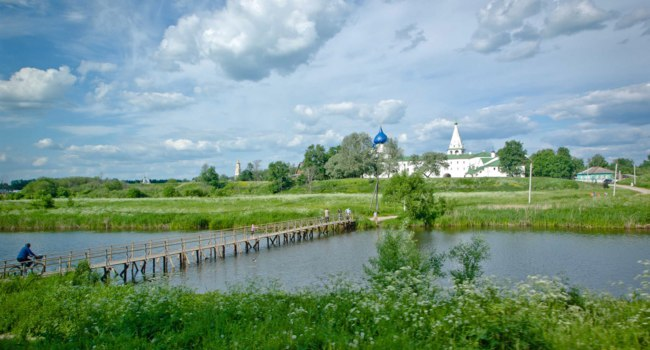 Золотое коьцо России. Суздаль. Road near river and village on the horizon in Suzdal, Russia. Фото VictoriaKi - Depositphotos