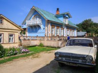 Золотое кольцо России. Суздаль. Wooden house with Soviet Volga car in front of him. Lebedeva street, Suzdal, Russia. Фото Balakate - Depositphotos