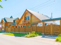 Золотое кольцо России. Суздаль. The modern timbered houses in Suzdal with traditional carved gates and fence, Russia. Фото efesenko - Depositphotos