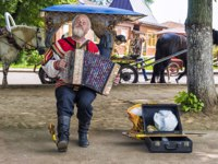 Золотое кольцо России. Суздаль. Street accordion player perform Russian folk songs on the streets of the ancient town of Suzdal. Фото deb-37 - Depositphotos