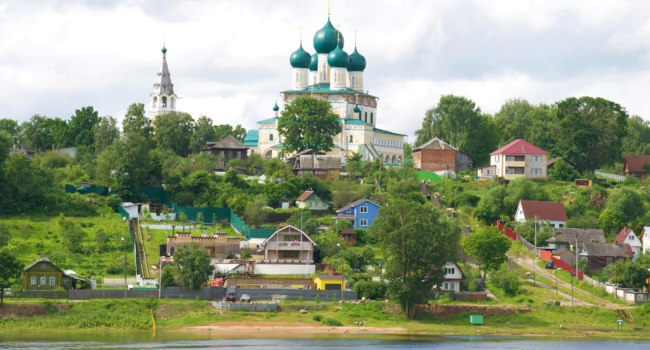 Золотое кольцо России. Тутаев. View of the Resurrection Cathedral on a cloudy July day. Tutaev, Yaroslavl Region, Russia. Фото sikaraha - Depositphotos