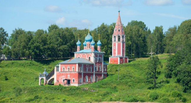 Золотое кольцо России. Тутаев. A view of the Church of the icon of the Mother of God of Kazan on the left bank of the Volga river on a sunny day. Tutaev. Russia. Фото sikaraha - Depositphotos
