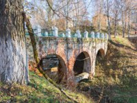 Золотое кольцо России. Тутаев. Old brick bridge with arches. Bright Sunny autumn day in the town of Tutaev, Yaroslavl region. Фото svn48 - Depositphotos