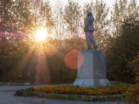 Золотое кольцо России. Тутаев. Lenin monument under the rays of the setting sun, sun glare and autumn trees Tutaev, Russia. Фото Metelevan - Depositphotos
