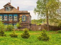 Золотое кольцо России. Тутаев. Rural landscape with wooden house and garden on lawn with dandelions. Tutaev. Russia. Фото IrinaDance - Depositphotos