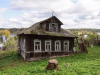 Золотое кольцо России. Тутаев. Old abandoned wooden house with mezzanine near the Volga riverbank. Tutaev town, Yaroslavl region, Russia. Фото viknik - Depositphotos