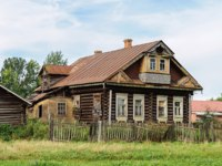 Золотое кольцо России. Тутаев. Old abandoned log wooden house with balcony. Summer day. Tutaev. Russia. Фото viknik - Depositphotos