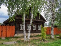 Золотое кольцо России. Тутаев. Old wooden country house with birches in front, summer day. Фото viknik - Depositphotos