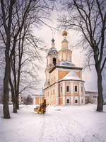 Золотое кольцо России. Углич. High temple in the framing of the branches and the horse and sleigh. Фото yulenochekk - Depositphotos