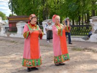 Золотое кольцо России. Углич. The female folklore duet in the Russian national suits sings the song on the street. Фото vodolej - Depositphotos
