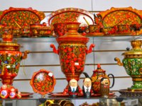 Золотое кольцо России. Углич. Sale of objects with Khokhloma painting in gift shop. Фото vodolej - Depositphotos