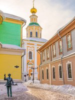 Золотое кольцо России. Владимир. Small ancient street with the sculpture of the Apothecary in the city of Vladimir. Russia. Фото IrinaDance - Depositphotos