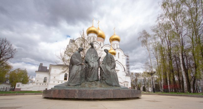 Россия. Ярославль. Успенский собор. Trinity sculpture near Assumption Cathedral. Assumption Church timelapse hyperlapse or Dormition cathedral, Yaroslavl. Фото neiezhmakov - Deposit