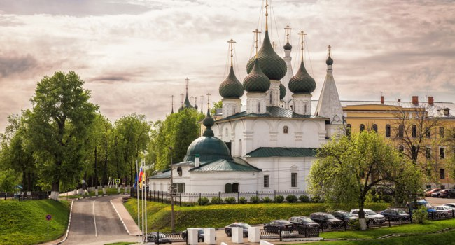 Ярославль. Церковь Спаса на Городу. Church of the Transfiguration of Our Savior on the City built in 1672. Big beautiful white-stone temple, Yaroslavl, Russia. Фото YuliaB - Deposit
