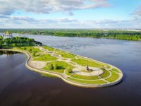 Золотое кольцо России. Ярославль. Парк на Стрелке. Famous Strelka park in place of confluence of Kotorosl and Volga rivers in Yaroslavl, Russia. Фото bbsferrari - Depositphotos