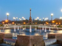 Золотое кольцFountain Performance in Strelka Park of Yaroslavl day to night transition timelapse hyperlapse. The monument to the 1000th anniversary on background. Фото neiezhmakov - Depositphotos
