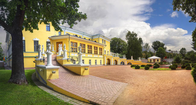 Ярославль. Governor House in Yaroslavl with the Governor's garden - a beautiful palace complex of the 19th century, which houses the Yaroslavl Art Museum. Russia. Фото Belikart - Dep