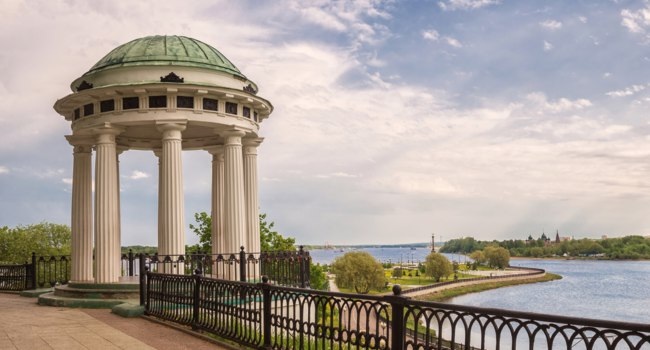 Ярославль. Arbor - rotunda on the Kotoroslnaya embankment in Yaroslavl, Russia. View of the confluence of the Volga and Kotorosl rivers. Фото YuliaB - Depositphotos
