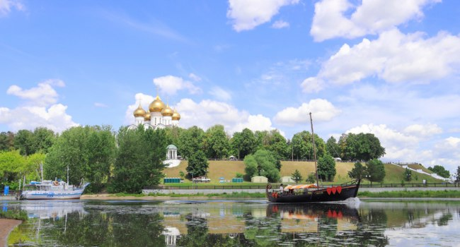 Золотое кольцо России. Ярославль. Replica of the historic old Russian ship on the Kotorosl river with views of Kotoroslnaya embankment. Фото AleksandraRaspopina - Depositphotos