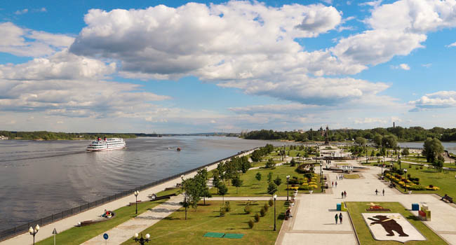 Золотое кольцо России. Ярославль. Large and small ships on the Volga river near the Spit of Yaroslavl. View from the Volga river embankment. Фото AleksandraRaspopina - Depositphotos