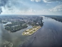Золотое кольцо России. Ярославль. Famous Strelka park in place of confluence of Kotorosl and Volga rivers in Yaroslavl, Russia. Фото detukov_sergey - Depositphotos