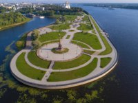 Золотое кольцо России. Ярославль. Top view of the monument in honor of the millennium of Yaroslavl at the arrow of the Volga and Kotorosli rivers. Фото sikaraha - Depositphotos