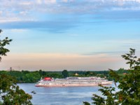 Золотое кольцо России. Ярославль. Cruise ship on the Volga river near the Volga embankment of the city of Yaroslavl. Фото medvedevaoa.bk.ru - Depositphotos