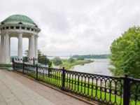 Ярославль. The rotunda on the Kotoroslnaya embankment in Yaroslavl. View of Strelka - the confluence of the Volga and Kotorosl rivers. Фото koromelena.yandex.ru - Depositphotos