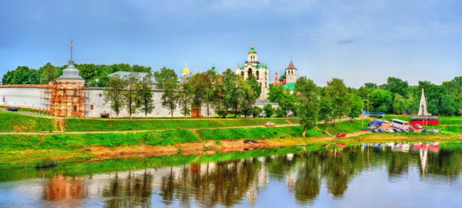 Золотое кольцо России. Ярославль. View of the Transfiguration Monastery with the Kotorosl River in Yaroslavl, the Golden Ring of Russia. Фото Leonid_Andronov - Depositphotos