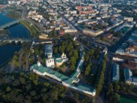 Золотое кольцо России. Ярославль. The Transfiguration Monastery in the cityscape on a sunny July morning (aerial photography). Yaroslavl, Golden Ring of Russia. Фото sikaraha - Depositphotos