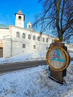 Ярославль. Yaroslavl is the capital of Russian Golden Ring near Holy Gates with Church of Introduction of Spaso-Preobrazhensky Holy Transfiguration Monastery. Фото Igor-SPb - Depositphotos