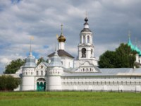 Ярославль. View of the Sacred gate and St. Nicholas Church in the cloudy July afternoon. Vvedensky Tolga Convent, Yaroslavl. Russia. Фото sikaraha - Depositphotos