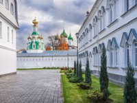 Россия. Ярославль. Толгский монастырь. The Spassky Temple and the Vvedensky Cathedral of the Tolgsky Monastery in Yaroslavl. Фото yulenochekk - Depositphotos