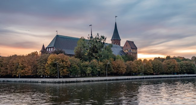 Россия. Калининград. Остров Канта. Кафедральный собор. Cathedral of Kant in Kaliningrad. Sunset view. Фото mihrzn - Depositphotos