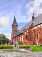 Калининград. Остров Канта. Кафедральный собор. Memorable sign to Julius Rupp against the background of the Konigsberg cathedral. Фото Belikart - Depositphotos