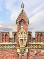 Россия. Калининград. Фридландские ворота. Statue of a great komtur of Friedrich von Zollern on Friedland Gates of Konigsberg. Фото Belikart - Depositphotos