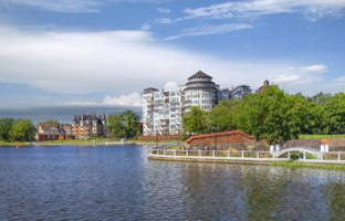 Россия. Калининград. Верхнее озеро. The embankment of the Upper Pond. Kaliningrad, Russia. Фото Belikart - Depositphotos