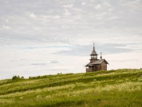 Клуб путешествий Павла Аксенова. Россия. Карелия. Остров Кижи. Old wooden church on the hill, chapel Holy Face, Kizhi island, Karelia. Фото YuliaB-Deposit