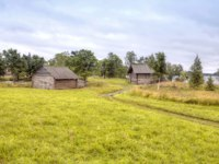 Клуб путешествий Павла Аксенова. Россия. Карелия. Остров Кижи. Kizhi Island, view of the rustic farm buildings. Фото ppl1958 - Depositphotos