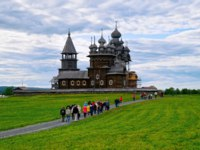 Россия. Карелия. Остров Кижи. Tourists at Kizhi Pogost with Transfiguration Church on Ladoga Lake in Karelia in Russia. Фото erix2005-Depositphotos