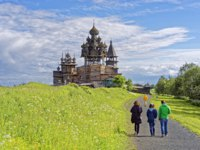 Россия. Карелия. Остров Кижи. People on the road to the Kizhi site in summer. Kizhi is the UNESCO world heritage site Karelia(Northern Russia).Фото erix2005-Depo