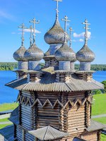 Domes of the wooden orthodox Church Of The Protection Of The Holy Virgin. Kizhi island (pogost), Onega lake, Karelia, Russia. Фото A_Mikhail - Depositphotos