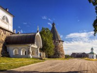 Клуб Павла Аксенова. Россия. Соловецкие острова. Under the blue Northern sky the gates of the monastery and the chapel. Фото yulenochekk-Depositphotos