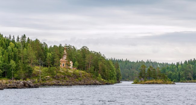 Клуб путешествий Павла Аксенова. Россия. Карелия. Остров Валаам. Chapel on the shore of the island Valaam, Russia. Фото borisb17-Depositphotos