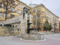 Россия. Достопримечательности Красноярска. Fountain Adam and Eve against the backdrop of the Technological Institute. Фото Papava - Depositphotos