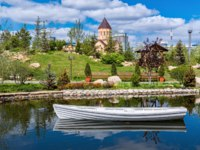 Россия. Красноярск. VBeautiful pond in the Park Gardens of Dreams in Krasnoyarsk. Russia. Фото tilpich.yandex.ru - Depositphotos