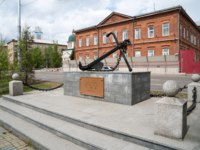 The monument in the form of an anchor in honor of the 100th anniversary of navigation on the Yenisei, background of the Ministry of Internal Affairs. Фото Papava - Dep