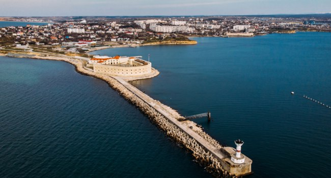Россия. Город-герой Севастополь. Константиновская батарея. Aerial view of Konstantinovskaya battery in Sevastopol Bay in Crimea. Фото DedMityay-Depositphotos